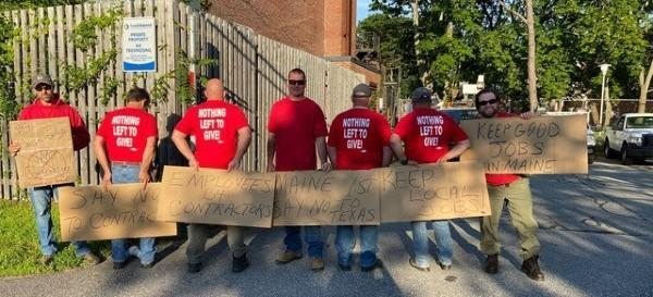 Group picture of Local 1400 and IBEW members picketing for a fair contract